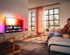 Sorgt für ein immersives Film- und Serienerlebnis zum günstigen Preis - der Philips Ambilight TV 55PUS7805/12