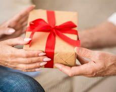 Ältere Menschen haben besondere Bedürfnisse, die bei der Geschenkewahl beachtet werden sollen