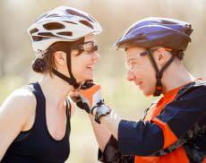 Ein guter Fahrradhelm ist einfach zu befestigen und drückt nicht