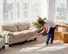 Mit einem Stabstaubsauger muss niemand mehr selbst unter Bett oder Sofa kriechen