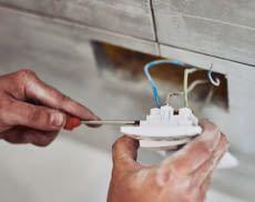 Zum Unterputzmodul-Einbau müssen Steckdosengehäuse entfernt werden