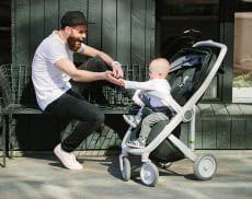 Ein starkes Team: Vater und Sohn beim Ausflug mit dem Kinderwagen