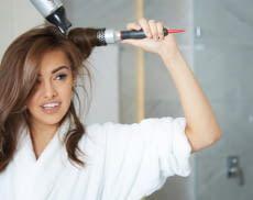Eine Warmluftbürste erleichtert das Styling der Haare
