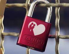 Ein ABUS Love Lock Liebesschloss macht Brücken oder andere Objekte zu besonderen Orten - nicht nur am Valentinstag