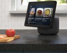 Echo Show 10 ist das Top-Modell unter den Amazon Smart Displays und besitzt einen schwenkbaren Bildschirm