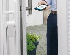 Mit dem eqiva Türschlossantrieb können Bewohner ihre Tür einfach per App ver- und entriegeln