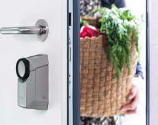 Der Türschlossantrieb ABUS HomeTec Pro Bluetooth wird spielend einfach mit dem Smartphone gesteuert