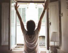 Aufstehen und sich strecken vor dem Fenster