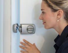 Mit den richtigen Maßnahmen können Türen gegen Einbrecher und Trickbetrüger geschützt werden