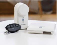 Der smarte Homematic IP Türschlossantrieb kommt im Set mit Schlüsselbundfernbedienung und Homematic IP Access Point