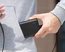 Anker PowerCore 1300 mAh Powerbank passt mit Leichtigkeit in eine Jackentasche