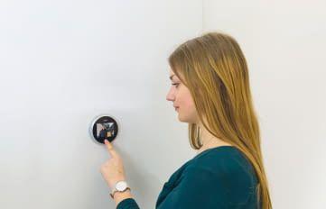 Ein digitaler Türspion verhindert, dass ungebetene Besucher sich beim Tür öffnen herein drängen können