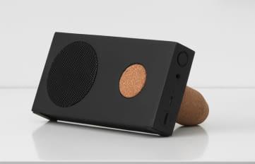Dieser ENEBY Bluetooth-Lautsprecher lässt sich aufhängen oder per Korkhaltung aufstellen