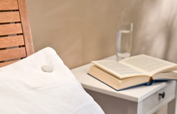 Der Sleeptracker von newgen medicals wird ins Kopfkissen geclipt und zeichnet Schlafdaten auf
