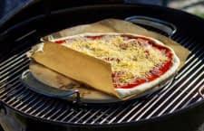 Viele Pizzasteine sind auch auf einem Grill nutzbar