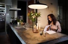 Die Philips Hue White Ambiance Pendellampe Cher macht nicht nur in der Küche eine gute Figur