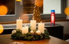 Die Kerzen von einem Adventskranz können schlecht befestigt und unbeobachtet schnell zur Brandgefahr werden