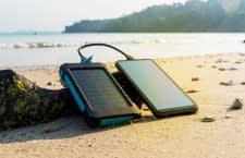 Ein Solar-Ladegerät ist ideal für Camper, Wanderer oder Beachfans