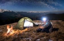 Eine Campinglampe macht Abenteuerurlaube komfortabler und sicherer
