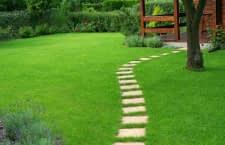 Wege setzen Akzente in jedem Garten, doch stellen Mähroboter-Besitzer vor Herausforderungen