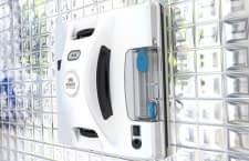 Hobot 298 putzt dank Druckanpassung auch Flächen mit kleineren Unebenheiten, wie sie mit Fugen vorkommen