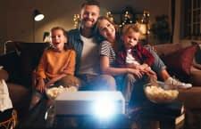 Mit einem smarten Beamer lassen sich Videostreaming Dienste wie Netflix, Amazon Prime Video oder Disney+ nutzen