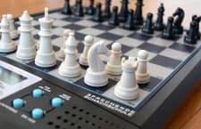 Ein Schachcomputer ermöglicht auch ohne menschliche Mitspieler spannende Wettkämpfe