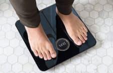 Fitbit Aria 2 WLAN Waage misst nicht nur das Gewicht, sondern auch den BMI, Körperfettanteil und Magermasse