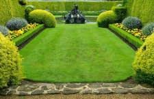 Vorbild für viele Rasenfreunde: Englischer Rasen mit perfekt gemähter Rasenkante