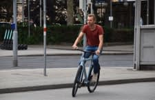 home&smart Geschäftsführer David Wulf bei seiner Probefahrt mit dem VanMoof S3 E-Bike