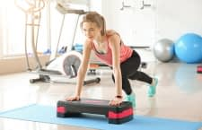 Mit einem Stepper lassen sich zuhause viele Fitnessübungen durchführen